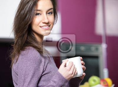 kobieta kawie w kuchni