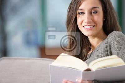 Naklejka kobieta, leżąc na kanapie z książką