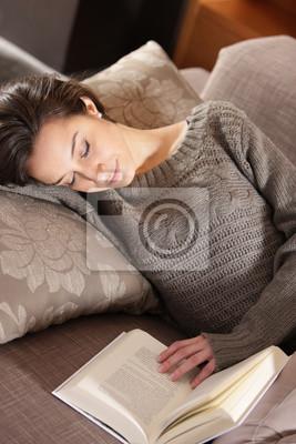 kobieta, leżąc na kanapie z książką