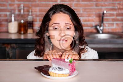 Naklejka Kobieta na diecie głodu zjeść ciastko