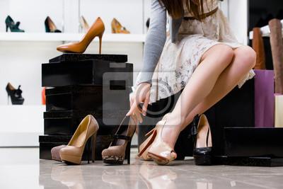 Naklejka Kobieta nogi i wybór butów w sklepie obuwniczym