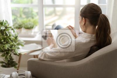 Naklejka Kobieta relaksuje książkę i czyta