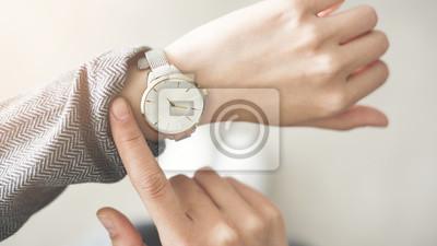 Naklejka Kobieta sprawdza czas jej zegarek