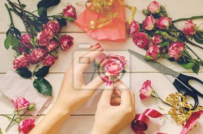 Naklejka Kobieta sprawia, bukiet czerwonych róż krzewów