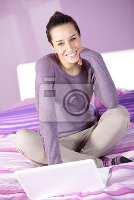 kobieta w łóżku podczas korzystania z laptopa