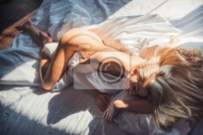 Naklejka Kobieta w sypialni