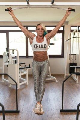 Naklejka Kobieta wykonywania wiszące podnosi nogę Abs Ćwiczenia