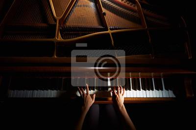 Naklejka Kobiety ręce na klawiaturze fortepianu w nocy bliska