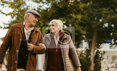 Naklejka Kochająca para starszych cieszyć się razem na spacer w zimowy dzień