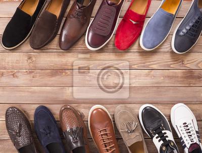 Naklejka kolekcja butów na tle drewna