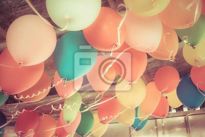 Naklejka Kolorowe balony unoszące się na suficie imprezie w rocznika