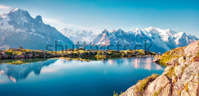 Naklejka Kolorowe lato panorama jeziora Lac Blanc z Mont Blanc (Monte Bianco) na tle, Chamonix lokalizacji. Piękna plenerowa scena w Vallon de Berard rezerwacie przyrody, Graian Alps, Francja, Europa.