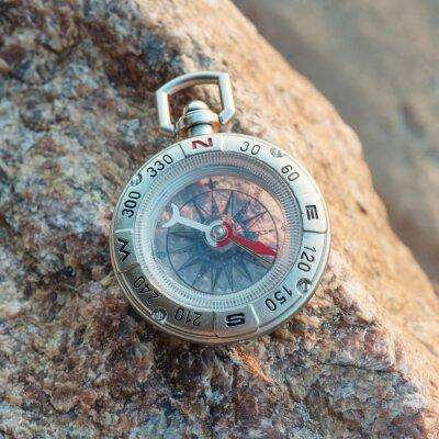 Kompas na plaży. Sprzęt turystyczny jako tło