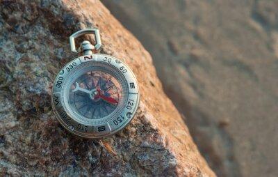 Kompas na plaży. Sprzęt turystyczny w tle