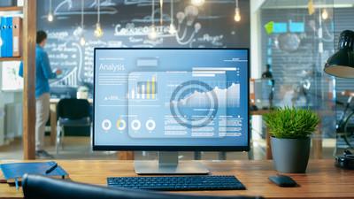 Naklejka Komputer osobisty z projektem aplikacji mobilnej Wyświetlany na monitorze Stoi na biurku, w tle Człowiek pracuje w środowisku dziennym Office.