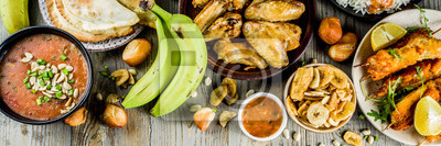 Naklejka Koncepcja żywności Afryki Zachodniej. Tradycyjny asortyment potraw afrykańskich Wset - zupa orzechowa, ryż jollof, grillowane skrzydełka z kurczaka, smażone banany na sucho, nigeryjskie kebaby z kurcz