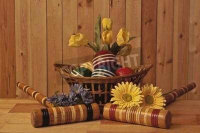 kosz wiklinowy w krokieta kulki pałkami i wiosennych kwiatów na tle drewna