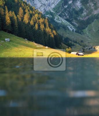 Naklejka Krajobraz w Szwajcarii. Góry i jezioro. Odbicie na powierzchni wody. Naturalny krajobraz w okresie letnim. Szwajcaria - obraz