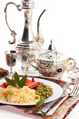 Kuskus z zielono-spożywczych i arabski naczynia, na wschód kuchnia