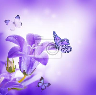 Kwiaty, granatowe dzwony strony i motyl