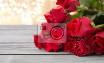Naklejka kwiaty, Walentynki i święta koncepcja - bliska bukiet czerwonych róż na deski na tle świąteczne światełka