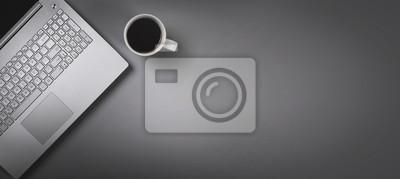 Naklejka laptop i filiżanka kawy na szarym tle z miejsca kopiowania. widok z góry