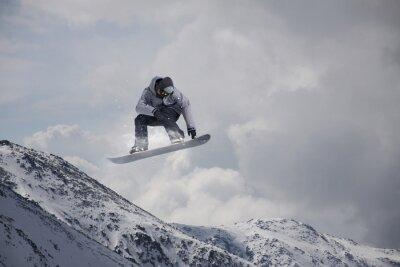 Naklejka Latanie snowboarder w górach. Sport ekstremalny.