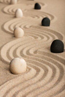 Naklejka Linia czarne i białe kamienie, stojących na piasku