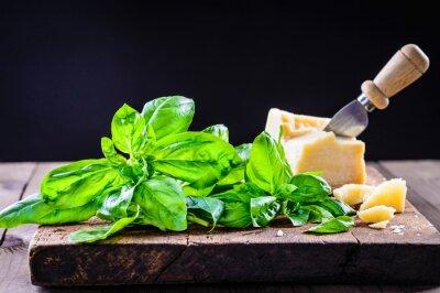 Naklejka Liście bazylii i parmesan.Italian tle żywności.