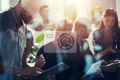 Naklejka Ludzie biznesu połączone w sieci Internet za pomocą tabletu. koncepcja firmy startupowej. podwójna ekspozycja