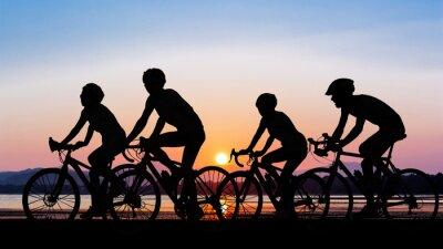 Naklejka Ludzie na rowerze na plaży