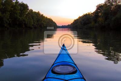 Naklejka Łuk niebieski kajak na Dunaju o zmierzchu. Kajakarstwo na spokojnej rzece jesienią wieczorem. Widok na rzekę z dziobu kajaka