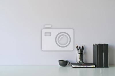 Naklejka Makieta obszaru roboczego biurko i miejsca kopiowania książek, kawy i ołówek na białym biurku.
