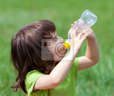 Mała dziewczyna wody pitnej z butelki