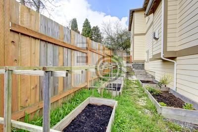 Naklejka Mały Ogród Przydomowy łóżko Wih Drewniane Kraty I Siatki Na