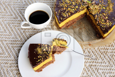 Naklejka Mango deser z pistacjowym / Kolorowe ciasto czekoladowe z filiżanką kawy orkiszowej