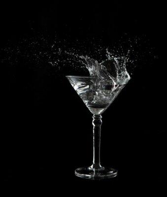 Martini szkła niski klucz zdjęcie w studio na czarnym tle i plash wody