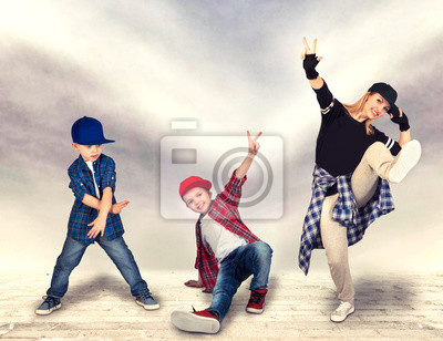 Naklejka Matka i dwoje synów tańczą hip-hop. Styl życia. Generowanie hip-hopu.