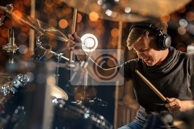 Naklejka mężczyzna muzyk grający zestaw perkusyjny na koncercie