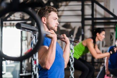 Naklejka Mężczyzna na siłowni w funkcjonalnych Sport fitness z hantle i łańcucha
