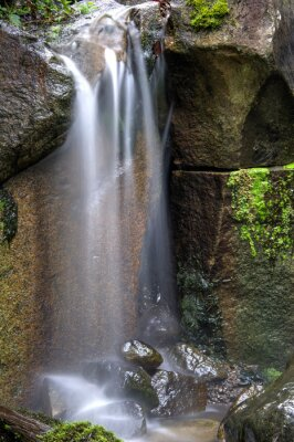 Naklejka Miękkość i spokój Waterfalling przez skały.