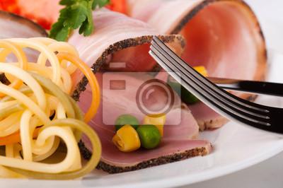 Mięso i spaghetti z pomidorami, groszkiem i kukurydzą