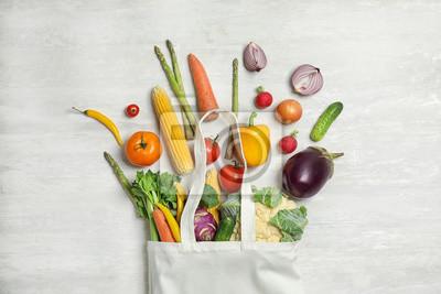 Naklejka Mieszkanie świeckich skład ze świeżych warzyw na jasnym tle