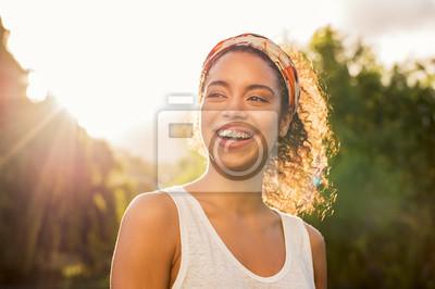 Naklejka Młoda afrykańska kobieta ono uśmiecha się przy zmierzchem