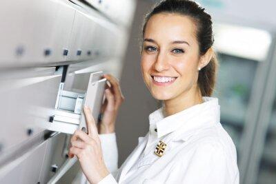 Młoda kobieta farmaceuta osiągnięcie dla medycyny