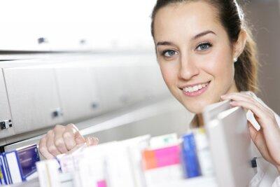 Młoda kobieta farmaceuty osiągnięcia medycyny
