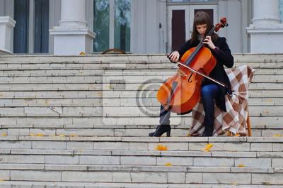 Naklejka młoda kobieta gra na wiolonczeli na schodach marmurowych schodów starożytnego domu