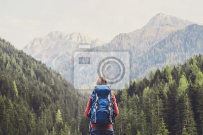 Naklejka Młoda kobieta podróżnik w Alps górach. Koncepcja podróży i aktywnego stylu życia