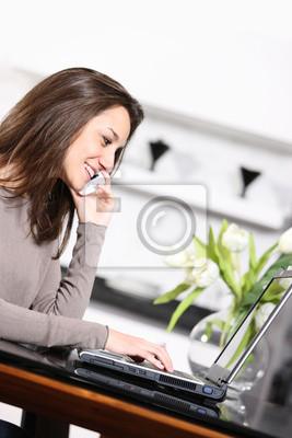 Młoda kobieta pracuje na swoim laptopie
