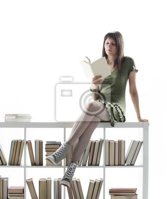 Młoda kobieta, trzyma otwartą książkę, przeczytać na białym backgr